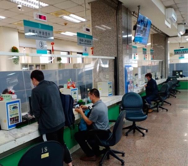 移民署服務站於民眾申辦服務時,將一併協助換發新式統號。